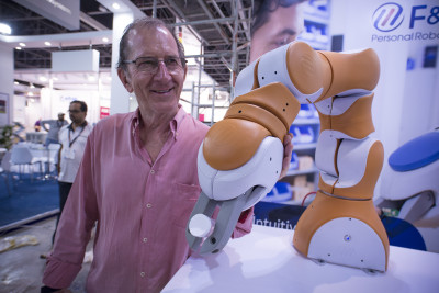 Exhibition organiser David Domoney with a Swiss Robot here at the show...displayed for the first time ever in the Middle East!  #arablab2018